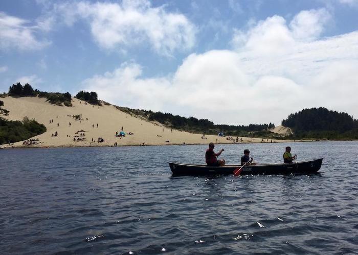 カヌーを漕いでいる家族