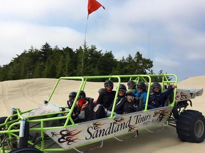 サンドレイル・ツアーで楽しめる10人乗りのバギー