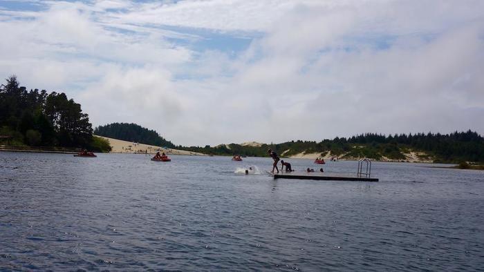 淡水湖で楽しむ人々の様子