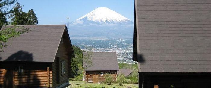 乙女森林公園第2キャンプ場のコテージと富士山
