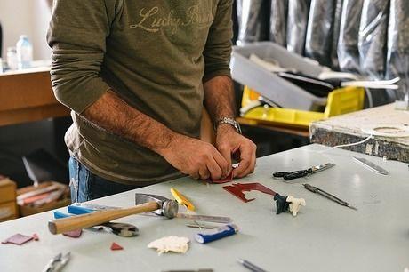 修理をしている男性の手元