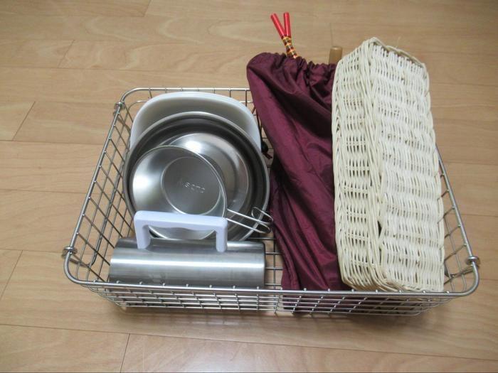 無印良品ステンレスワイヤーバスケットに食器類を収納した様子
