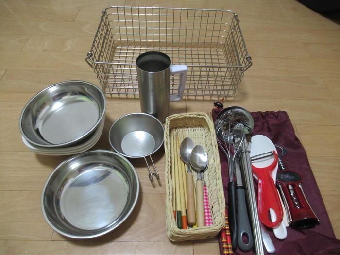 無印良品ステンレスワイヤーバスケットに収納された食器類一覧