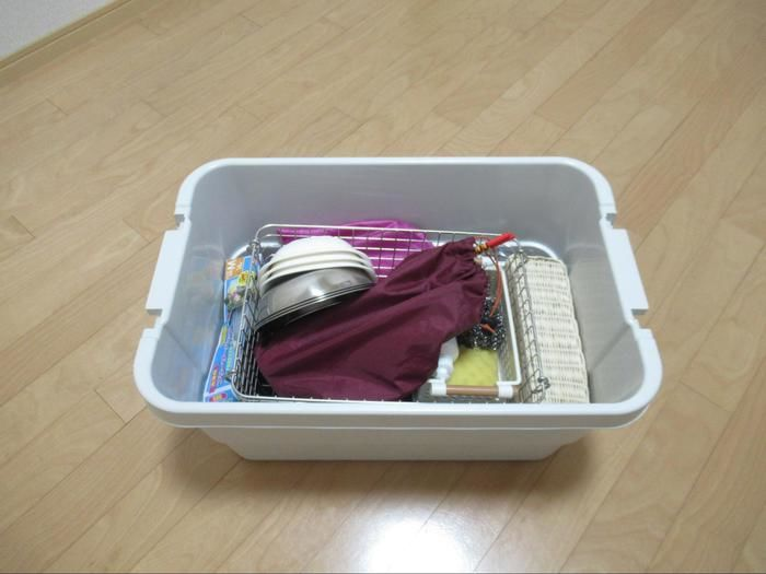 無印良品のボックスに食器や調理器具を収納した様子