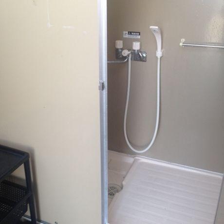 朝霧ジャンボリーオートキャンプ場のシャワー室の様子