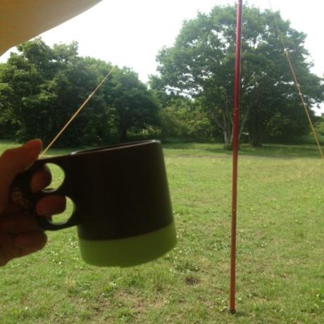 コーヒーカップと自然豊かな景色