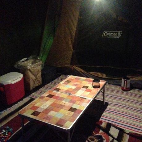 ジェントスのLEDランタンをテント内で使用している様子