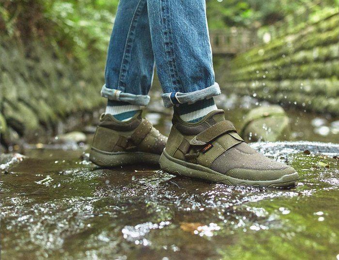 アローウッド エボ ウォータープルーフを履いて水の中を歩いている様子