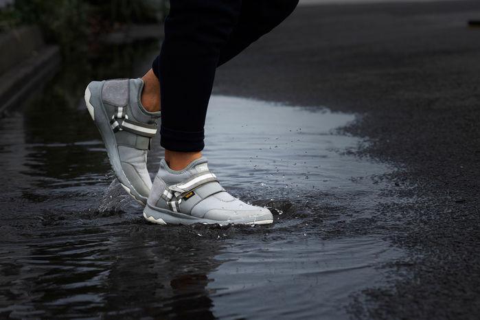 アローウッド エボ ウォータープルーフを履いて水の中を走る足元