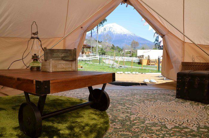 まかいの牧場「森のかくれ家」のサイト内観と外に見える富士山