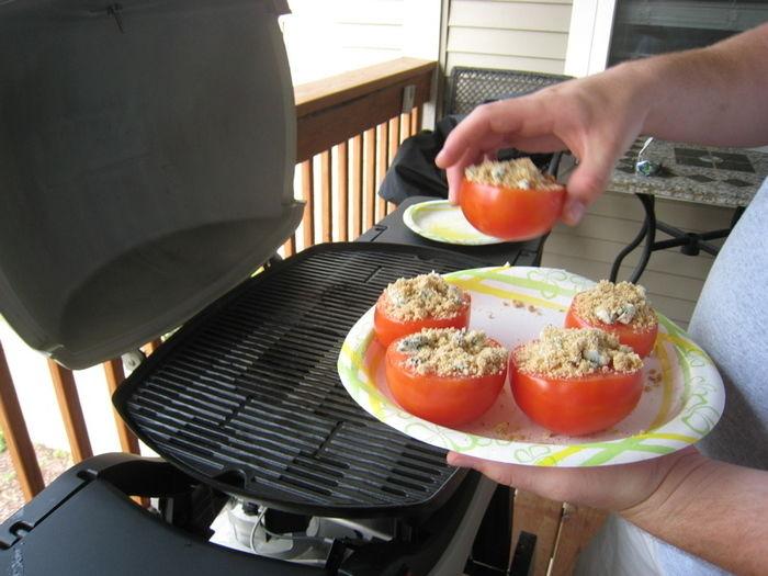 バーベキューグリルで野菜を焼く様子