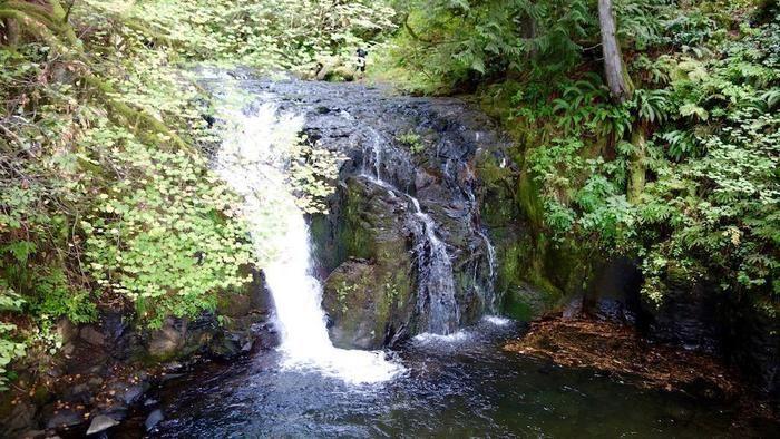 コース途中の滝を見下ろせる景色