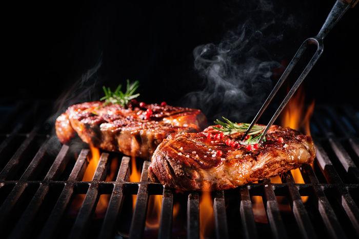 網の上で焚かれる肉