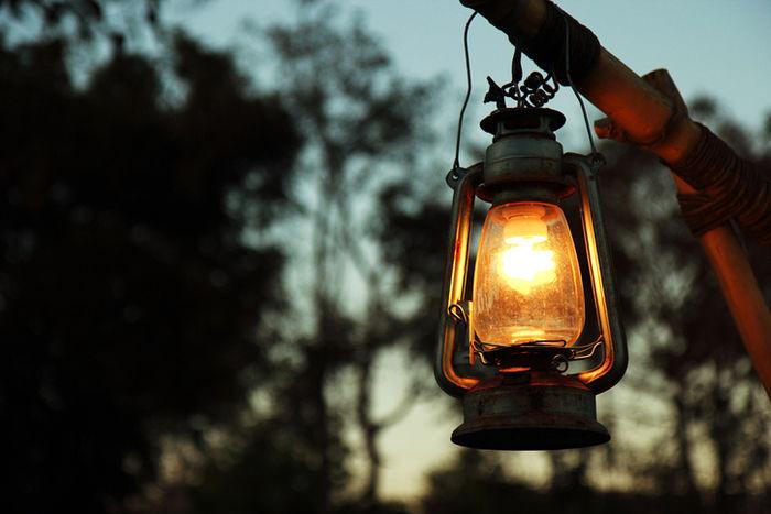 闇夜に光るランタン