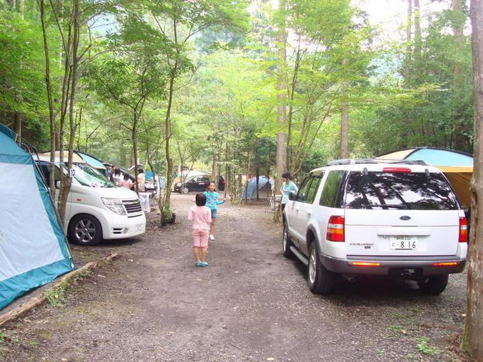 ペンギン村オートキャンプ場でキャンプをしている人々