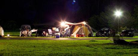 ささゆりの湯キャンプ場の夜のキャンプサイトの様子