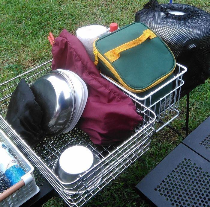 ラックに収納されたキャンプ道具