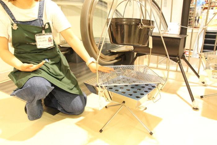 商品の特徴を教えてくれる池袋西口店のスタッフの石川さん