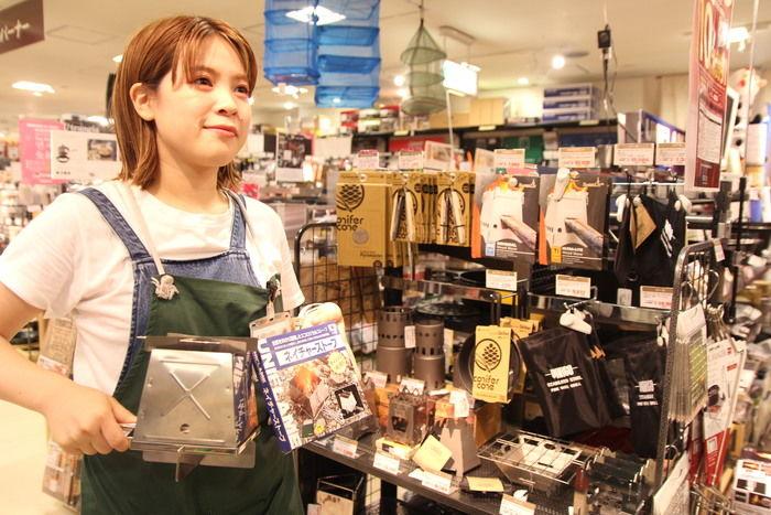商品を紹介する石川さん