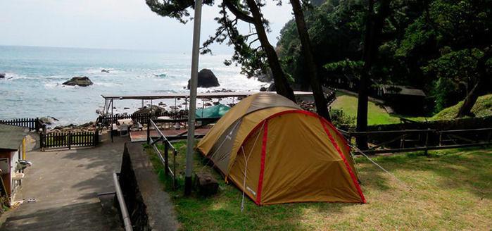 シーサイドハウス今井浜のキャンプサイトと目の前に広がる海
