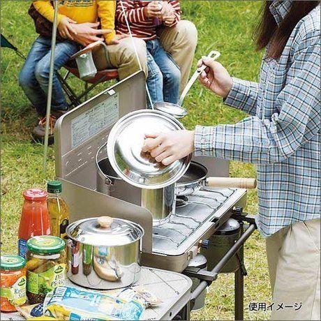 ツーバーナーを使い料理をしている女性