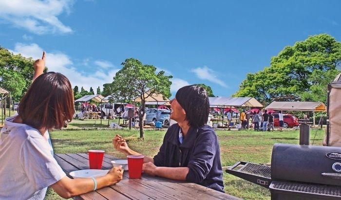 アーバンオートビレッジ 舞洲オートキャンプ場で食事を楽しむ2人