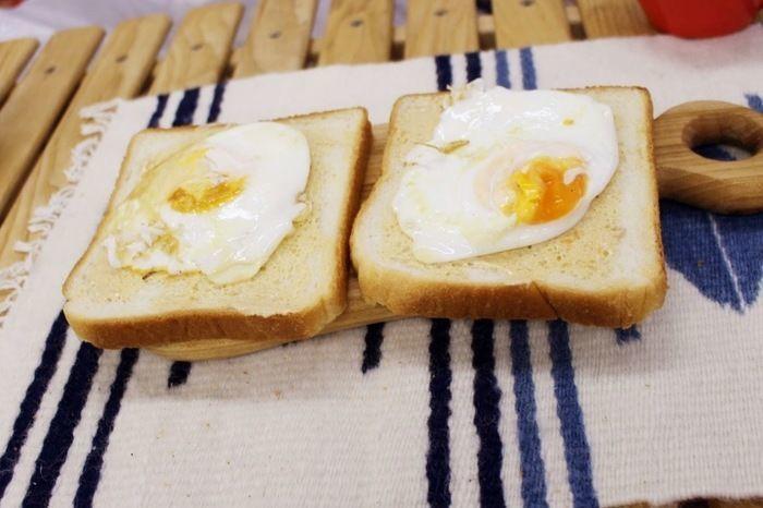 食パンの上に目玉焼きが乗っている様子
