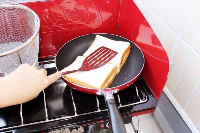 サンドイッチをフライパンで焼いている様子