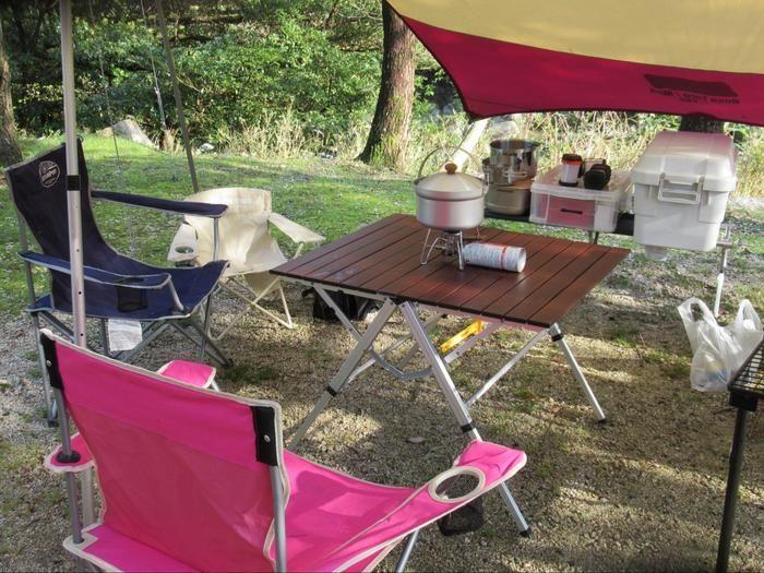キャンプサイトのテーブルとチェア