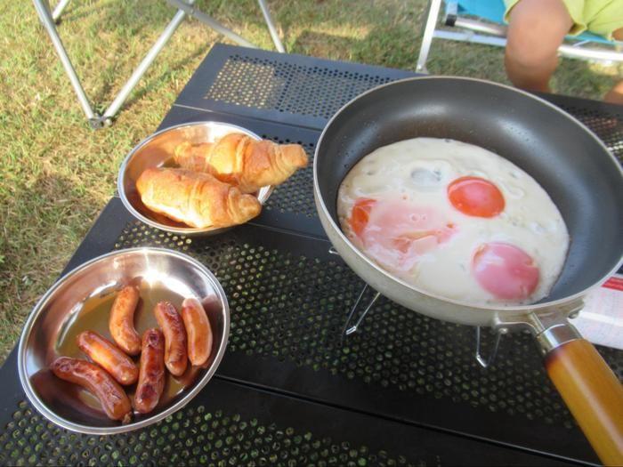 キャンプで料理をしている様子