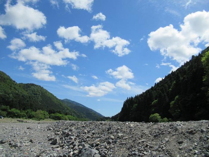 青空が広がる河原