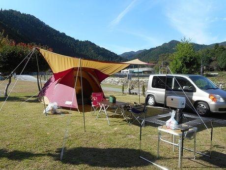 キャンプ場に設営されたテントとタープ