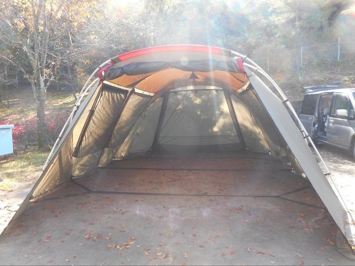 テントを張っている様子