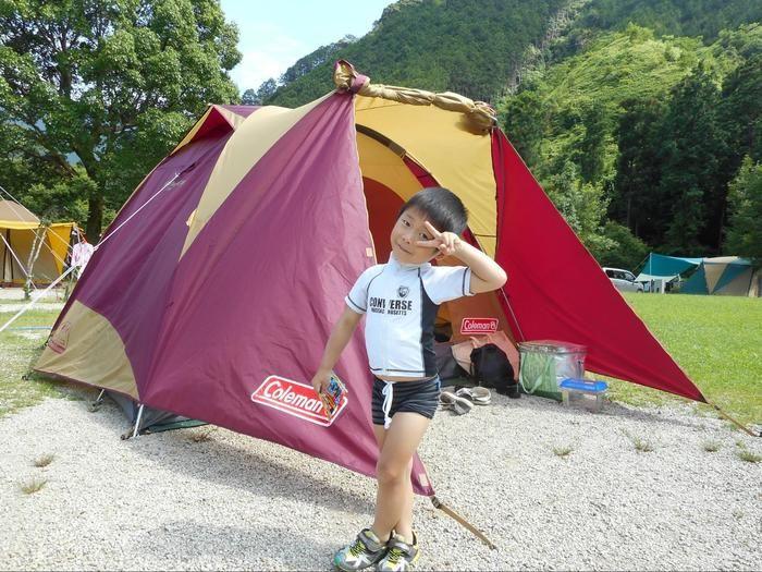 張られたテントと子供