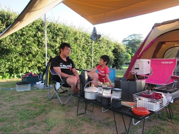キャンプを楽しむ親子