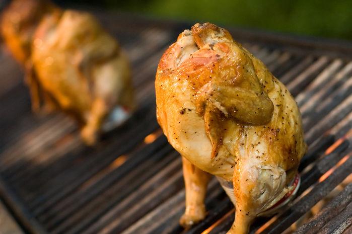 網の上で焼かれる鶏肉