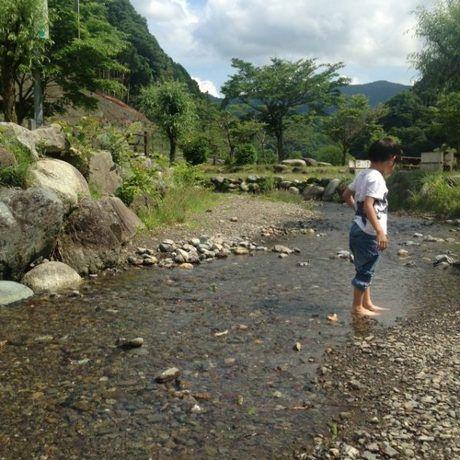 場内の小川で遊ぶ子供