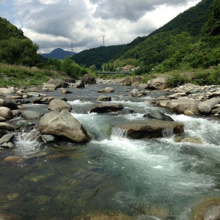 岩の間を流れる河内川