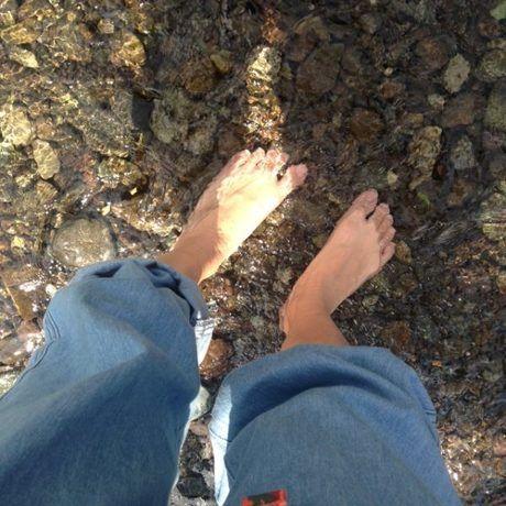 小川に浸かった足元