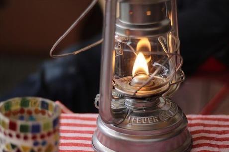 炎の灯るフュアハンドのハリケーンランタン