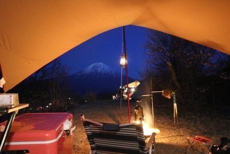 キャンプサイトで実際に使用されているハリケーンランタンの様子