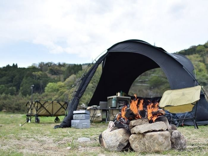 燃え盛るかまどと無骨なキャンプサイト