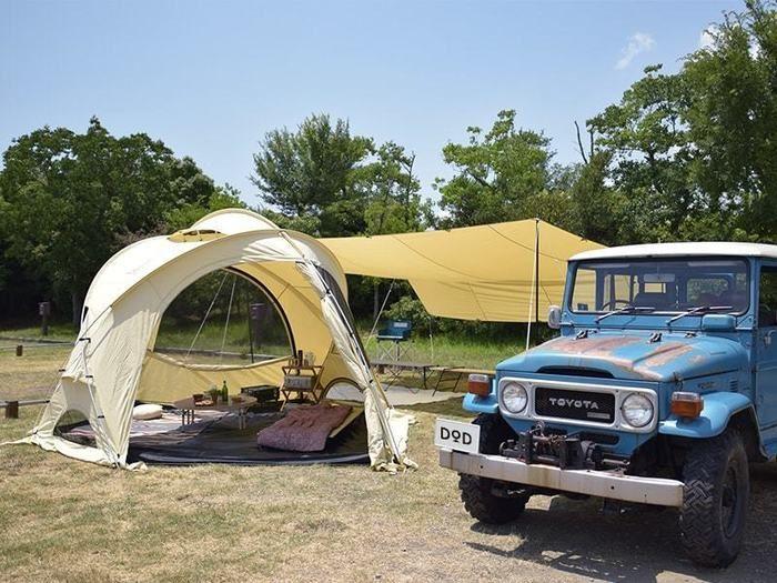 ファイヤーベースをテントとして使用している広々としたキャンプサイト