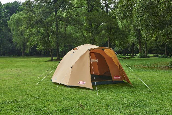 芝生に張られたコールマンのテント