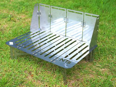 芝生の上に組み立てたステンレスソロテーブル