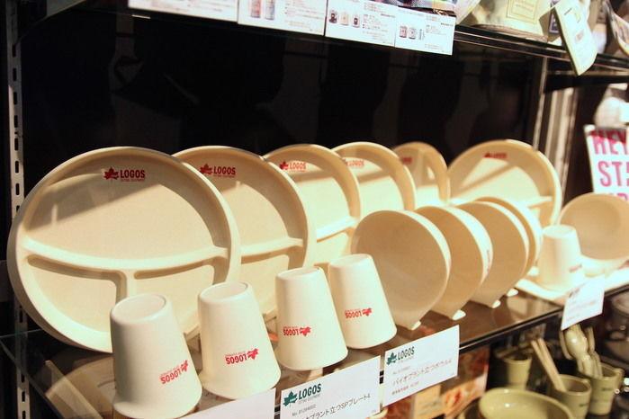 並べられた簡単に乾燥できる立つ食器