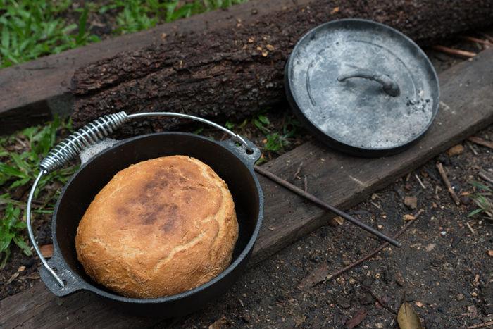 ダッチオーブンで焼き上げたパン