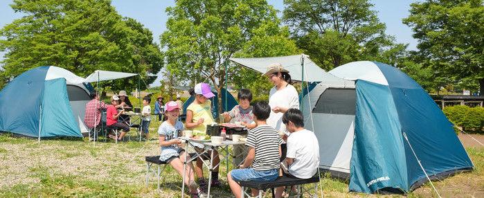 ロハスガルテンキャンプ場でキャンプをしている人たち