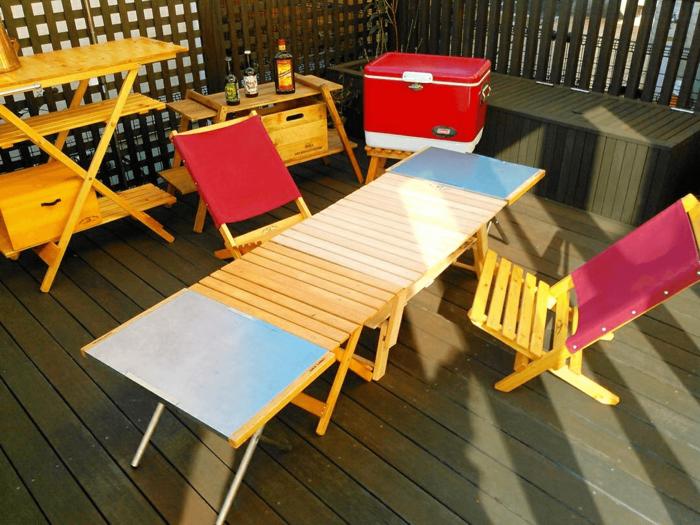 カラフルなテーブルとチェア