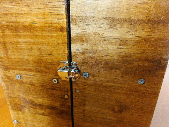 扉のパッチン錠部分